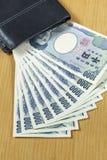 10 частей тысячи японцев получают поднимающее вверх наличными бумажника близкое Стоковое Фото