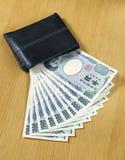 10 частей тысячи японцев получают поднимающее вверх наличными бумажника близкое Стоковое Изображение