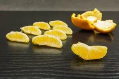 Частицы апельсина на таблице Стоковое Изображение