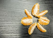 Частицы, который слезли апельсина мандарина на таблице Стоковое фото RF