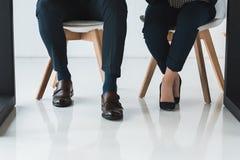 Частично взгляд бизнесмена и коммерсантки работая таблицей стоковое фото