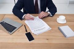 частично взгляд бизнесмена при контракт сидя на рабочем месте Стоковые Фотографии RF