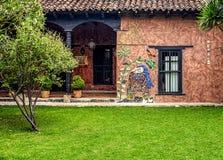 Частично взгляд винтажного дома за сочным полем травы Стоковое Фото