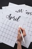 частично взгляд женщины делая примечания в календаре Стоковые Изображения