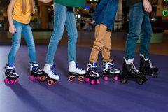 частично взгляд родителей и детей катаясь на коньках на ролике стоковое изображение rf