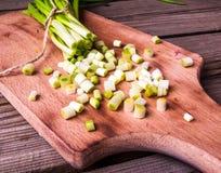 Частично прерванный пук свежих молодых зеленых луков Стоковое фото RF