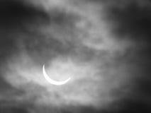 Частично солнечное затмение с солнцем через облака Стоковые Изображения