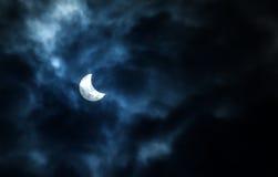 Частично солнечное затмение на пасмурный день 20 03 2015 Стоковые Изображения RF