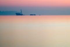 Частично sunken корабль после сумрака захода солнца Стоковая Фотография
