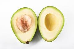 2 части авокадоа изолированного на белой предпосылке Стоковое Изображение