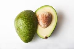 2 части авокадоа изолированного на белой предпосылке Стоковые Изображения RF