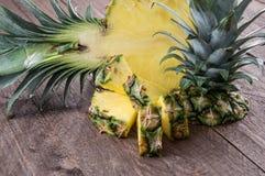 Части ананаса на древесине Стоковые Фотографии RF