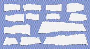 Части белого и бежевого сорванного примечания, листов тетради бумажных вставили на серой предпосылке Стоковые Изображения RF