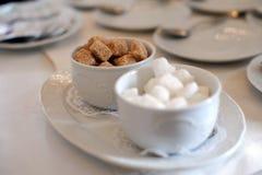 Части Брайна и белого сахара на таблице Стоковое Изображение