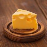 Части вкусного сыра с большими отверстиями на древесине Стоковое Изображение RF