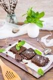 Части домодельных пирожных шоколада с листьями мяты Стоковое Фото