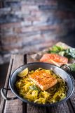 Части зажаренных в духовке семг с лимоном и базиликом tagliatelle макаронных изделий Стоковая Фотография