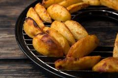 Части зажаренных картошек на гриле Стоковая Фотография RF