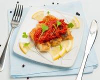 Части зажаренных рыб с vegetable маринадом. Стоковое фото RF
