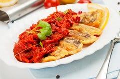 Части зажаренных рыб с vegetable маринадом. Стоковое Фото