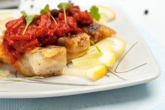 Части зажаренных рыб с vegetable маринадом. Стоковые Изображения