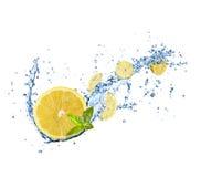 Части лимонов в воде брызгают на белизне Стоковые Фотографии RF