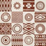 Части картин американских индейцев этнических составленных в безшовной текстуре Стоковые Изображения RF