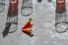 Части клубники и тени стекел стоковое фото