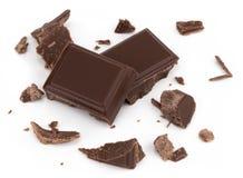 Части молочного шоколада изолированные на белой предпосылке от взгляд сверху стоковая фотография rf