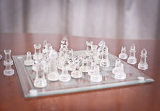 Части на доске. Комплект шахмат вычисляет на играя доске. Стеклянный шахмат Стоковое Изображение