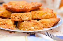 Части пирога капусты и яичка на плите Стоковая Фотография RF