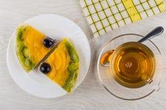 2 части пирога плодоовощ в плите, салфетке и чае Стоковое Изображение