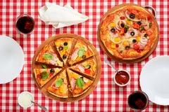 Части пиццы на таблице Стоковая Фотография RF