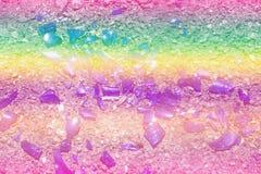 Части покрашенной стеклянной лож на асфальте Цвета фото: голубой, желтый, сирень, пурпур, фиолетовый Стоковое Изображение
