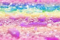 Части покрашенной стеклянной лож на асфальте Цвета фото: голубой, желтый, сирень, пурпур, фиолетовый Стоковые Изображения