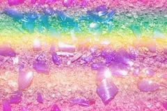 Части покрашенной стеклянной лож на асфальте Цвета фото: голубой, желтый, сирень, пурпур, фиолетовый Стоковое фото RF