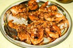 Части рыб зажарили в сковороде с маслом Стоковые Изображения