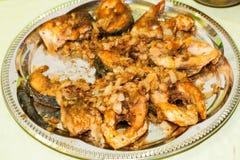 Части рыб зажарили в сковороде с маслом Стоковые Фото