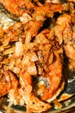 Части рыб зажарили в сковороде с маслом Стоковые Фотографии RF
