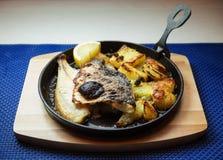 Части рыб и картошки в лотке Стоковые Фотографии RF