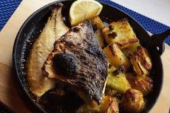 Части рыб и картошки в лотке Стоковая Фотография