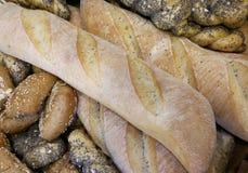 части свежего хлеба в хлебопекарне с душистыми хлебцами и сумкой Стоковая Фотография