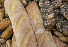 части свежего хлеба в хлебопекарне с душистыми хлебцами и сумкой Стоковые Фотографии RF