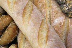 части свежего хлеба в хлебопекарне с душистыми хлебцами и сумкой Стоковые Изображения