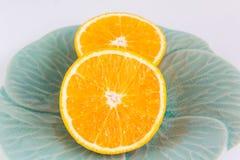2 части свежих половинных апельсинов на классической зеленой плите Стоковые Фотографии RF