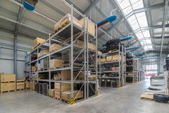 Части склада фабрики запасные Хранение и распределение компонентов стоковое фото rf