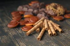 Части сладостно-горького темного шоколада распространили вне на деревянной задней части Стоковая Фотография
