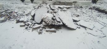 Части сломленного асфальта покрытые с снегом Стоковые Фотографии RF