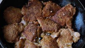 Части сочного свежего мяса свинины зажаренного в масле в лотке акции видеоматериалы