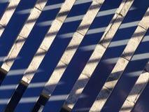 Части стальных стенда и тени на мостоваой кирпича Стоковое Изображение RF